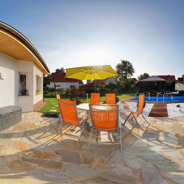 Swimmingpool und Außenanlage